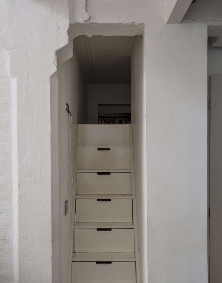 For maximum use of space,Japanese-style custom-built stairs with built-in drawers.
