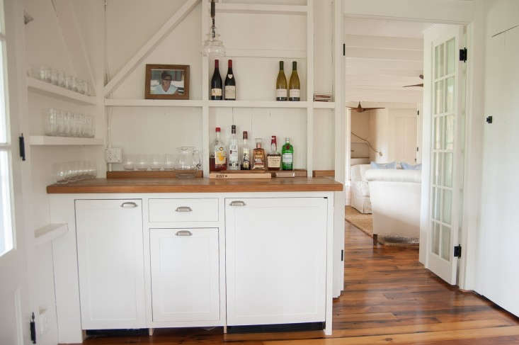The structural skeleton of the dining room provides just enough storage for this corner bar. Photograph byElizabeth Watsky, fromBefore & After: A Summer Cottage Reborn on the Connecticut Coast.