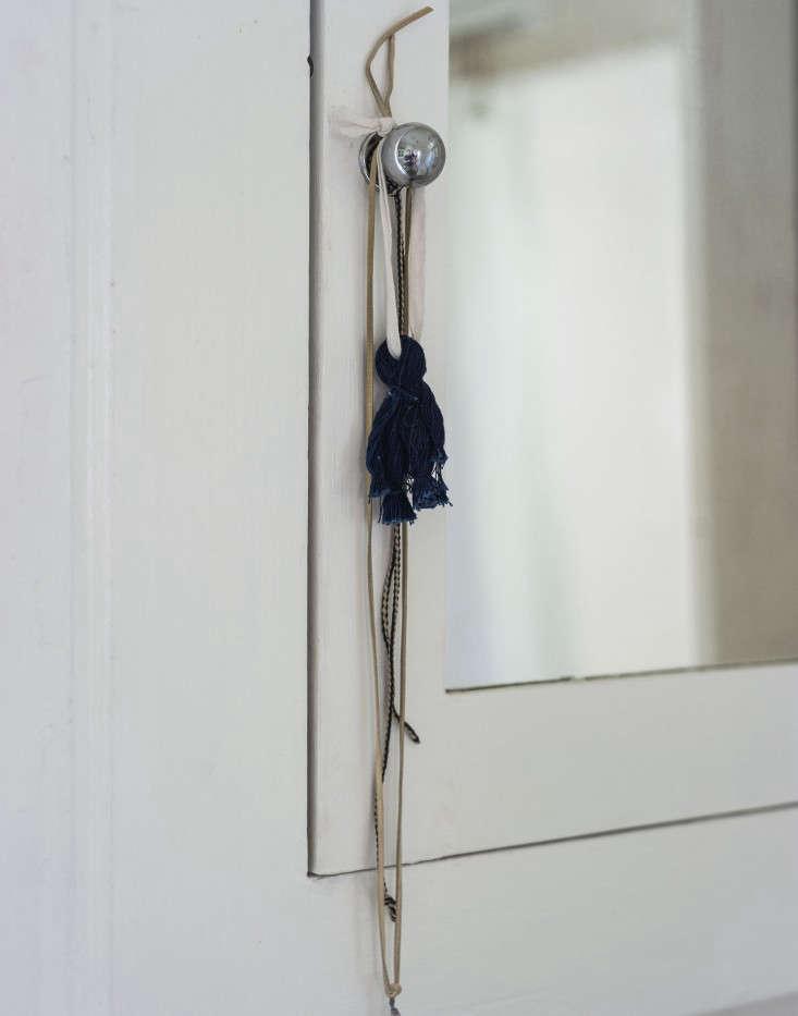 sarah-lonsdale-rental-house-bathroom-cabinet-knob-Remodelista