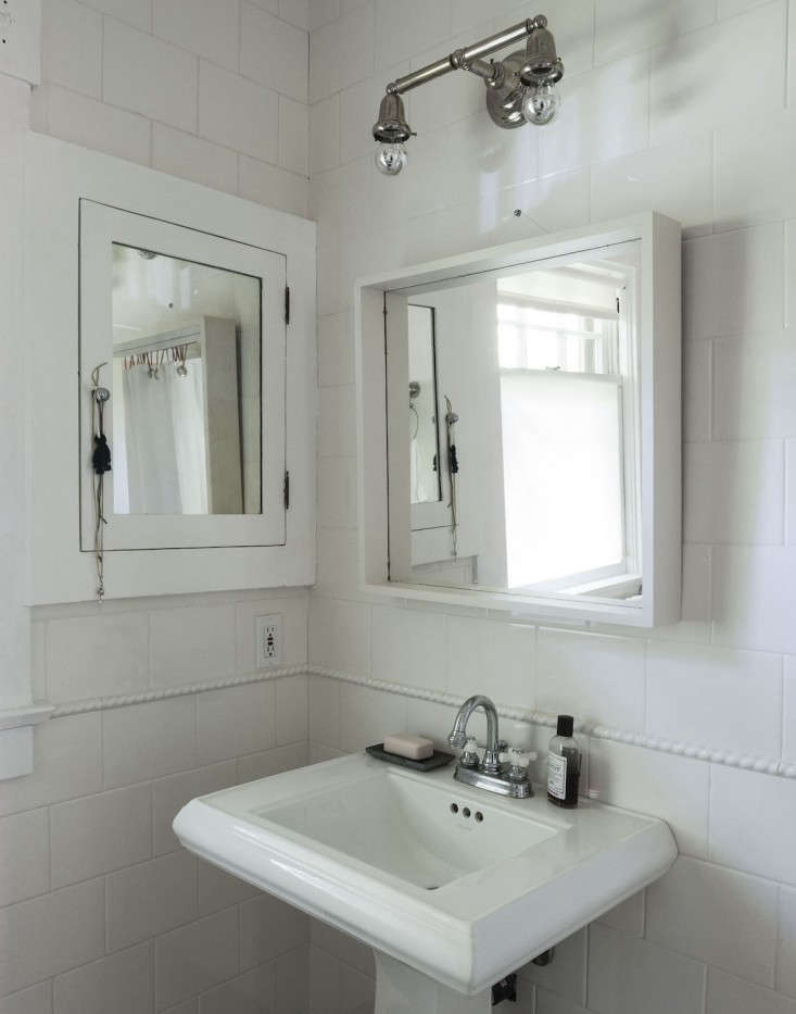 sarah-lonsdale-rental-house-bathroom-design-white-mirror-Remodelista