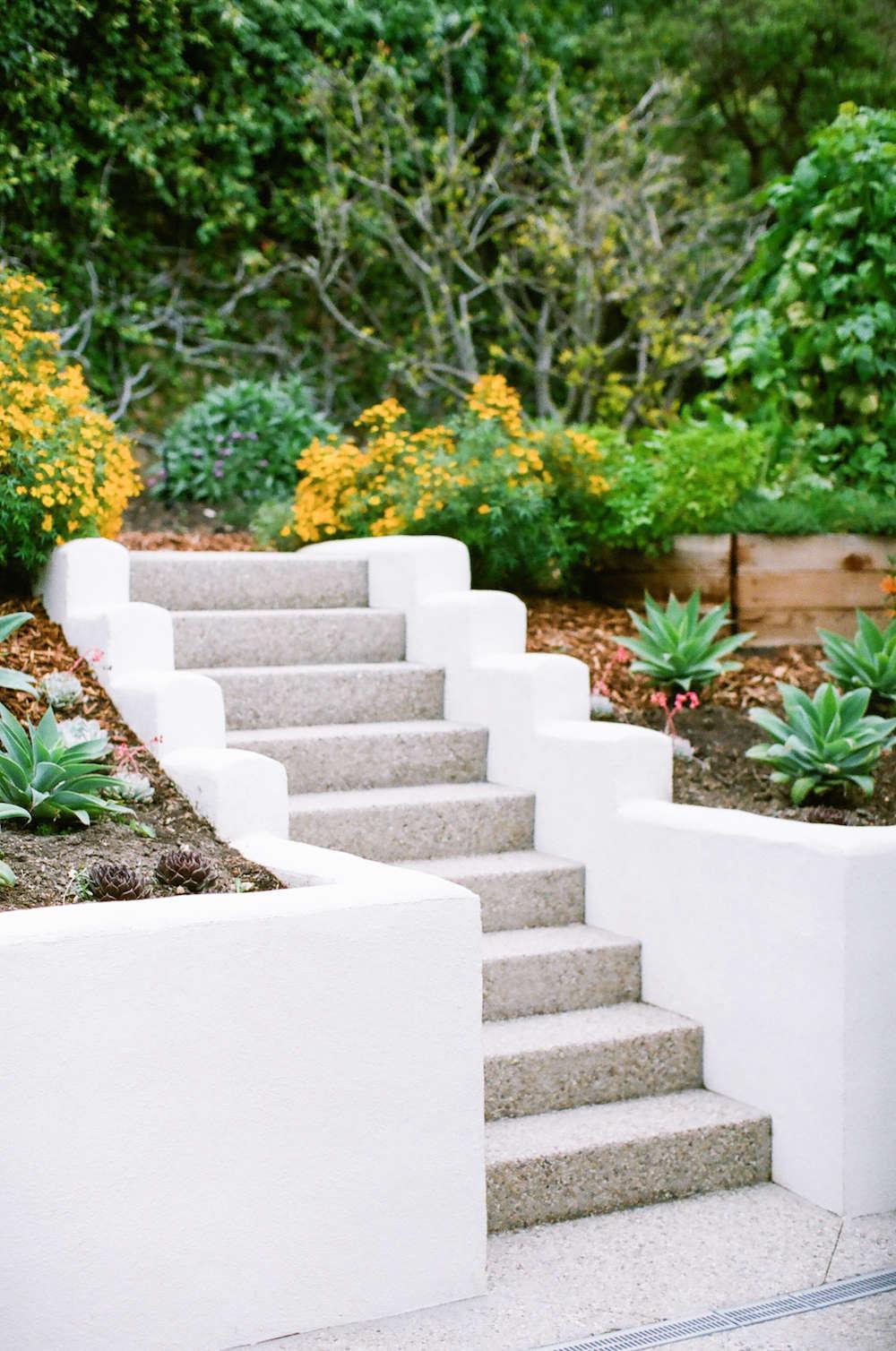 malibu-garden-matthew-brown-staircase-retaining-wall-2-gardenista