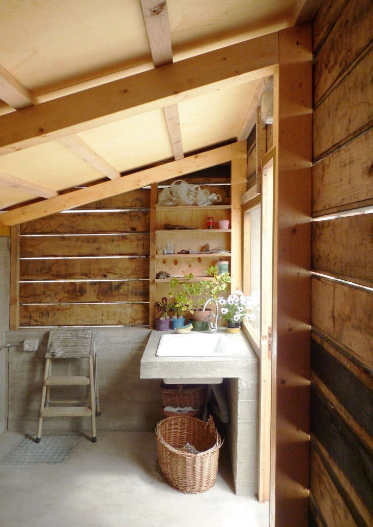outbuilding-firewood-shed-italy-studioerrante-gardenista-2