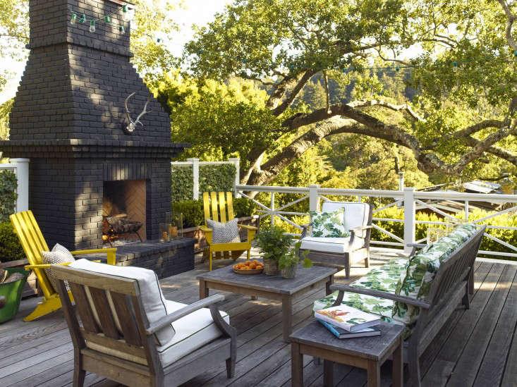 small-mill_valley_garden_fireplace_deck_outdoor_furniture_gardenista_OT068905