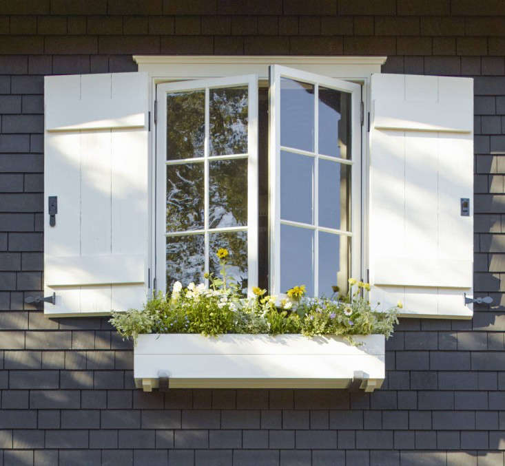 window_box_mill_valley_garden_backyard_lawn_dutch_doors__gardenista_OT068906
