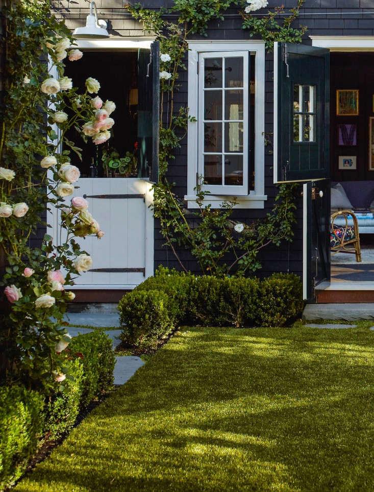 artificial_grass__mill_valley_garden_backyard_lawn_dutch_doors__gardenista_OT068906