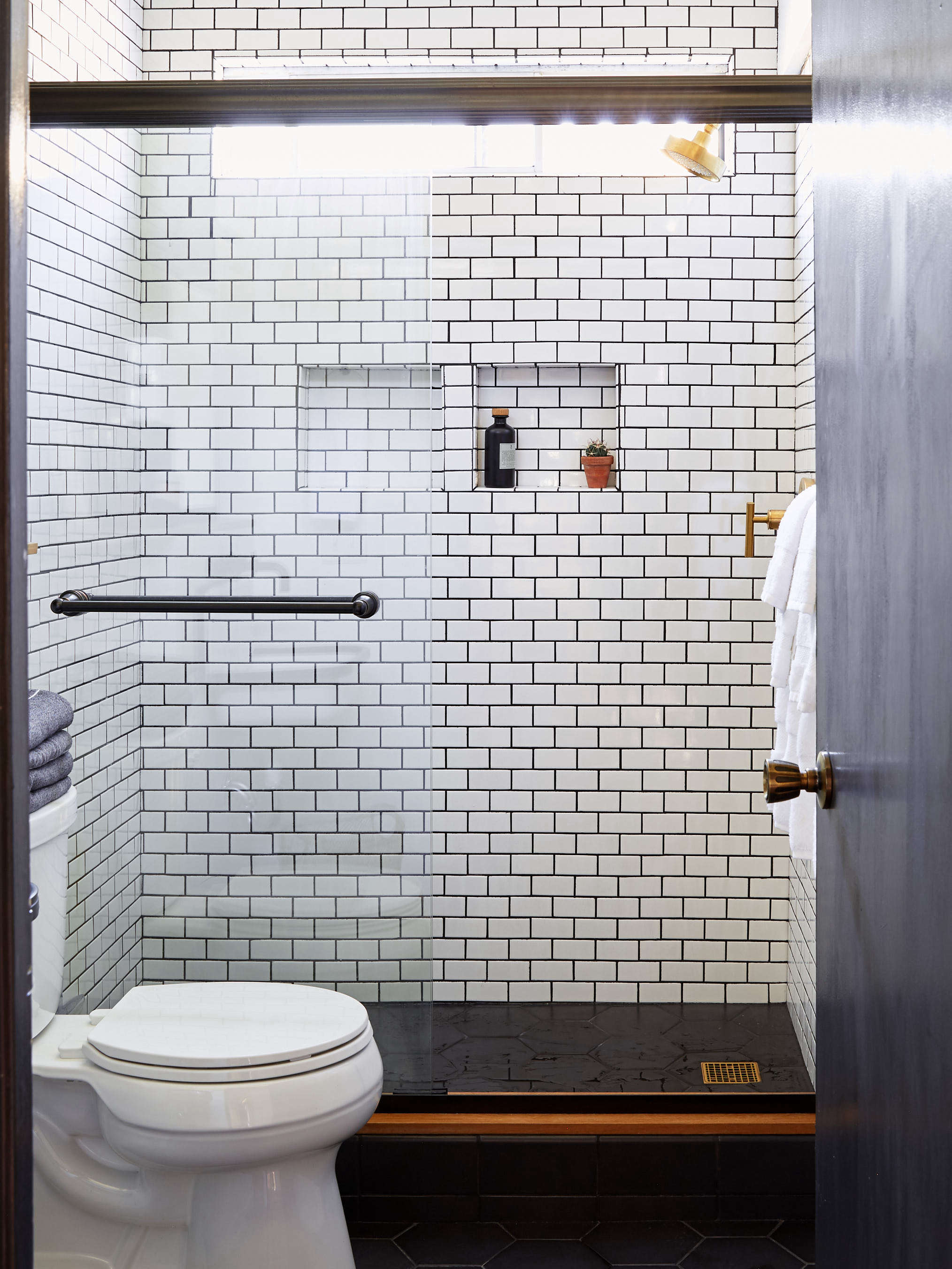 joshua tree casita subway tiled bath with dark grout, kate sears photo