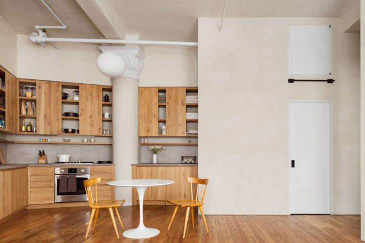 Throughout the apartment, walls are finishedin hand-troweled natural plaster.