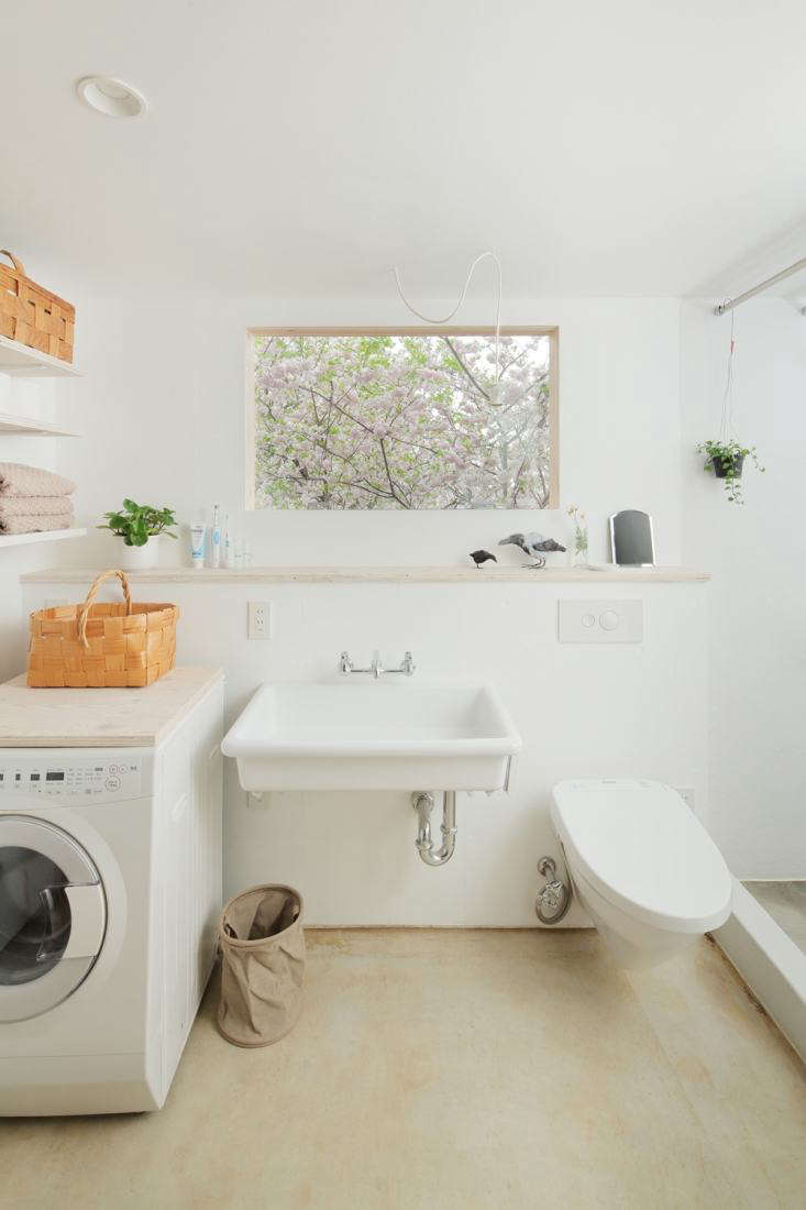 All-white bath/laundry room, HSK Subako house Tokyo, No. 555 architectural design office.