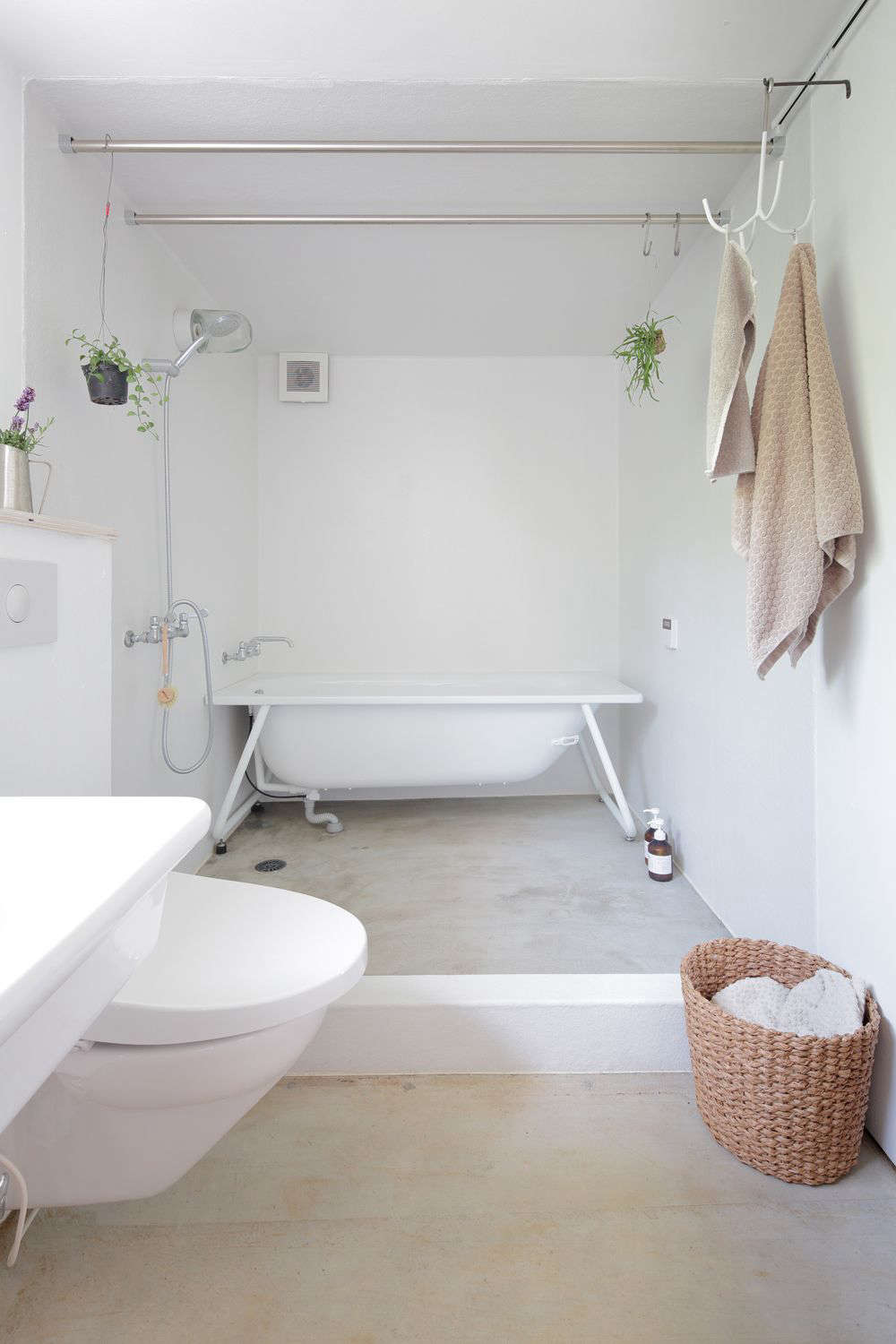 All-white bath room with exposed frame bathtub, HSK Subako house Tokyo, No. 555 architectural design office.