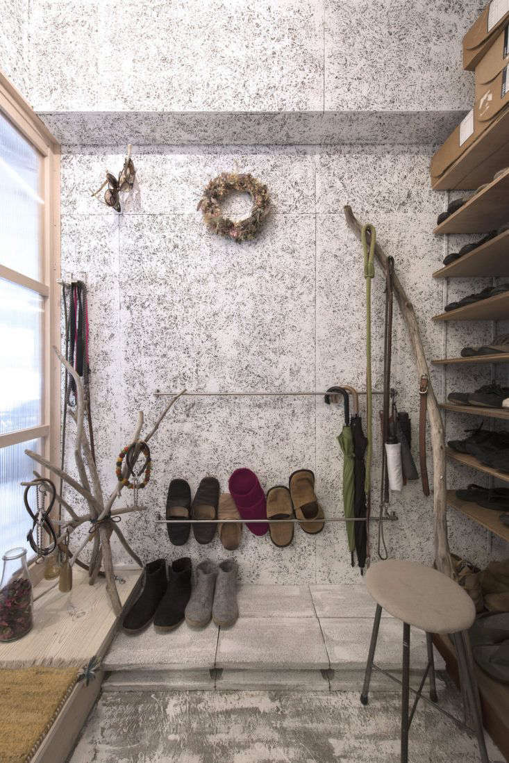 No. 555 Slippers Storage with Towel Bars