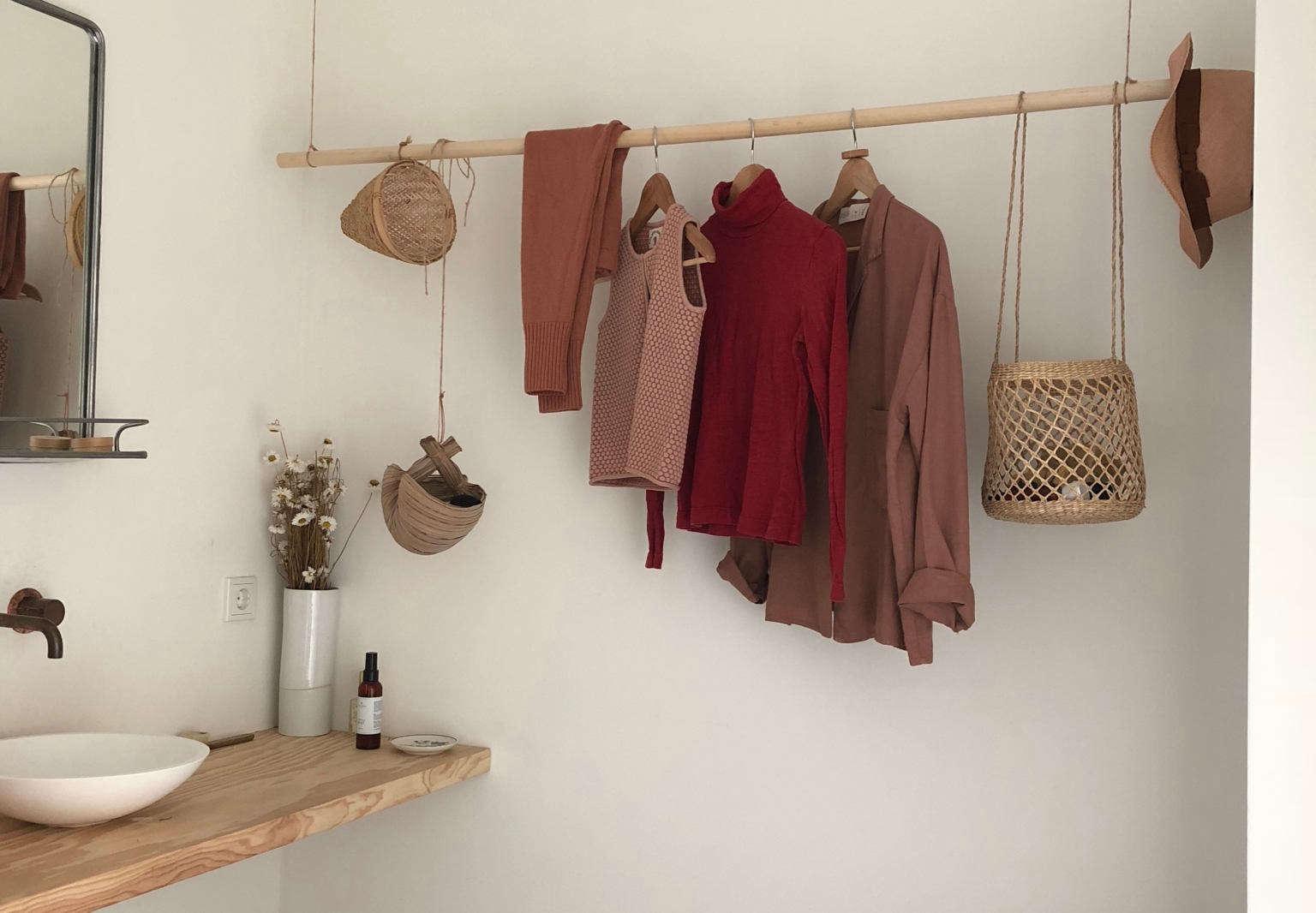 DIY hanging storage rod in bathroom, Sanne Hop house, Netherlands. Sanne Hop photo.
