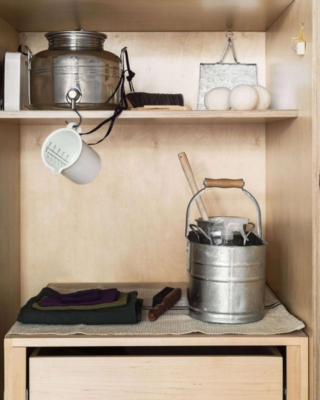 In a closet-size laundry room designed by New York–based architect Solveig Fernlund (@solveigfernlund) we instituted a system for better-looking liquid laundry detergent storage—using an olive oil container. Click the link in our bio for a look at the Italian fusti turned detergent dispenser. Photography by Matthew Williams for The Organized Home.