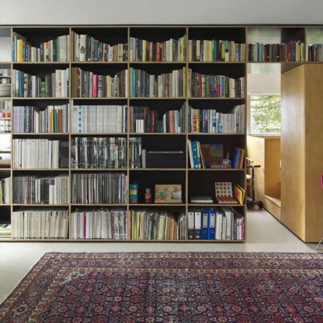 Short on space and funds, but long on design ingenuity, Sydney architect Anthony Gill shows us how he made a 410-square-foot, one-bedroom apartment work for his family of three–one growing daughter included. Click the link in our bio for a look at his space-enhancing tricks. Photo by Peter Bennetts via ArchDaily.