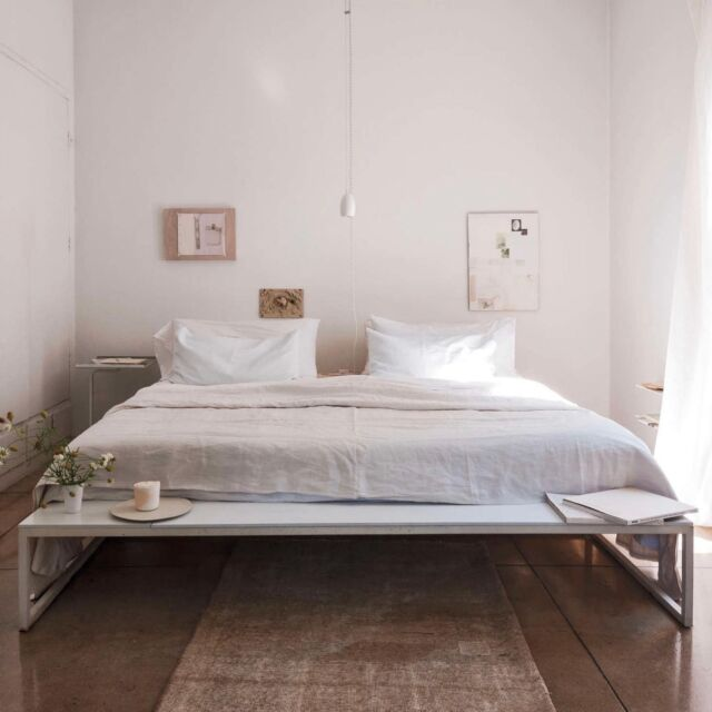 When done well, small spaces can feel like cozy, Zen-like retreats. But often when you have to cram all your worldly possessions into one tiny space, the results can feel cramped, claustrophobic, and anything but restful. Click the link in our bio for some tips to trick the eye using scale, light, and movement. Photo byMatthew Williams.