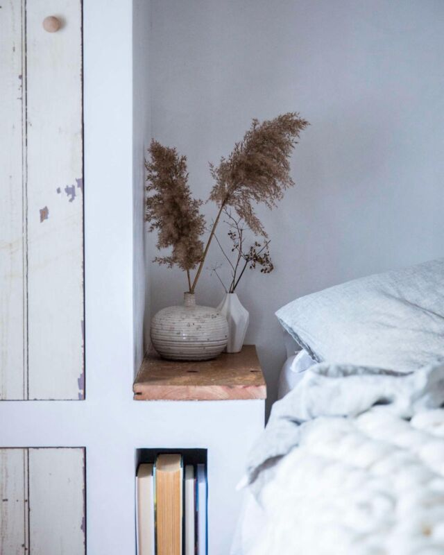 A bedside table isn't complete without a book or two. Thankfully, we've noticed a slew of especially clever bedside perches—beyond the traditional nightstand—that ensure a book is never out of reach. Click the link in our bio for a few favorite ideas. Photo by Beth Kirby ofLocal Milk.